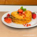 Receta para preparar hot cakes de fresa hechos con leche de almendras