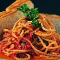 Receta para preparar pasta con carne molida y vegetales con un toque único