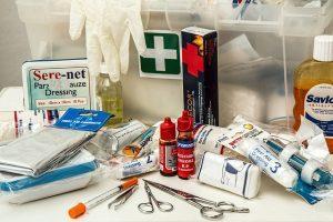 ¿Qué debe contener un botiquín de primeros auxilios?