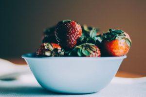 Panqué de chocolate en salsa de fresa y albahaca